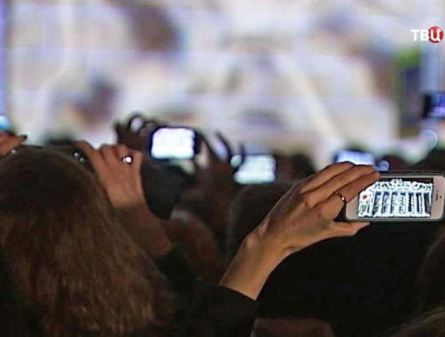 Люди снимают на смартфоны