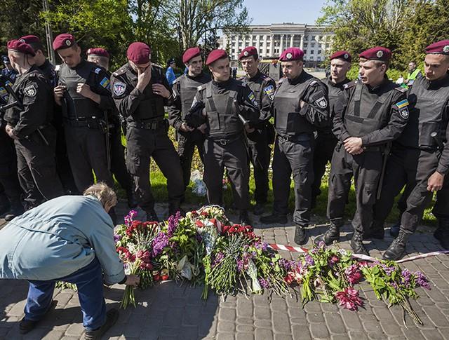 Кордон полиции около Дома профсоюзов в Одессе