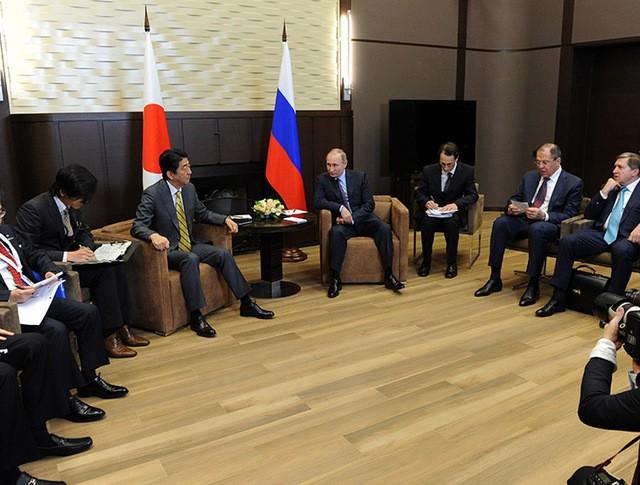 Президент России Владимир Путин и премьер-министр Японии Синдзо Абэ во время встречи