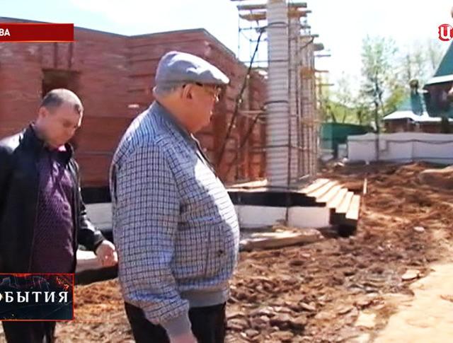 Владимир Ресин во время осмотра строительства церкви