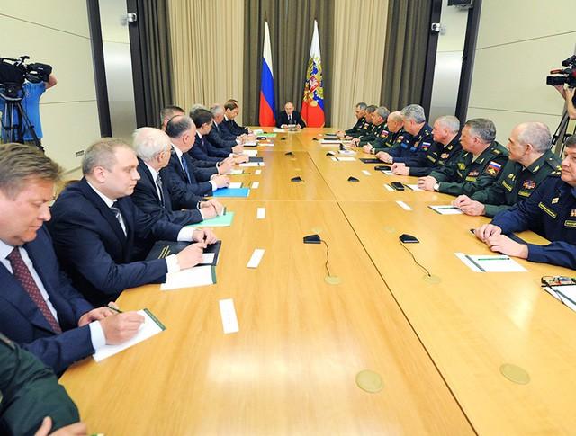 Владимир Путин провел совещание с руководящим составом Минобороны и представителями предприятий ОПК
