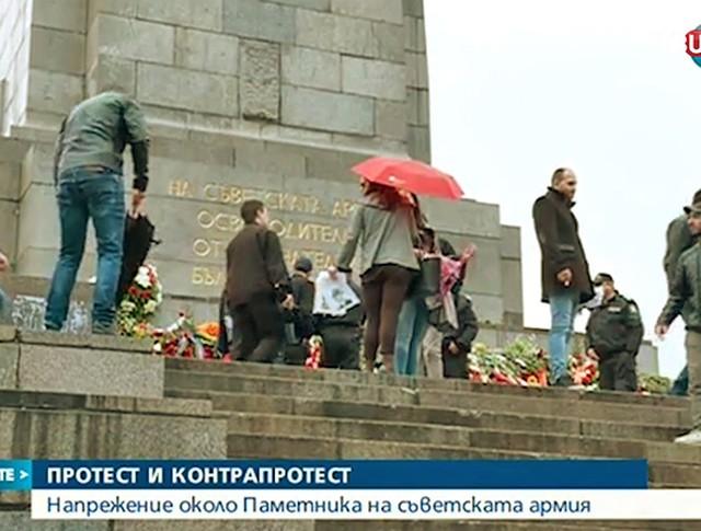 Жители Софии защищают памятник Советской Армии