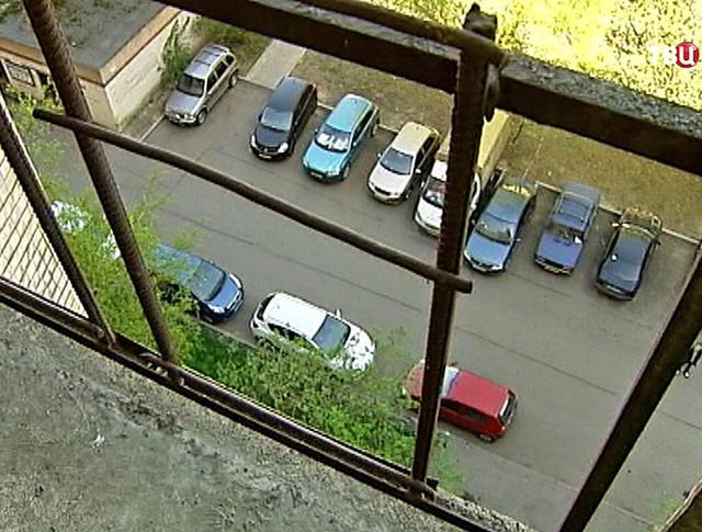Место падения облицовки дома на женщину