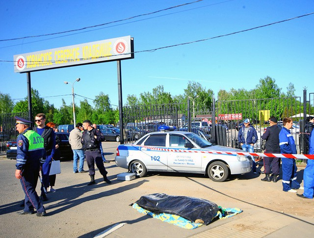 Сотрудники полиции у Хованского кладбища в Москве, где произошла массовая драка со стрельбой