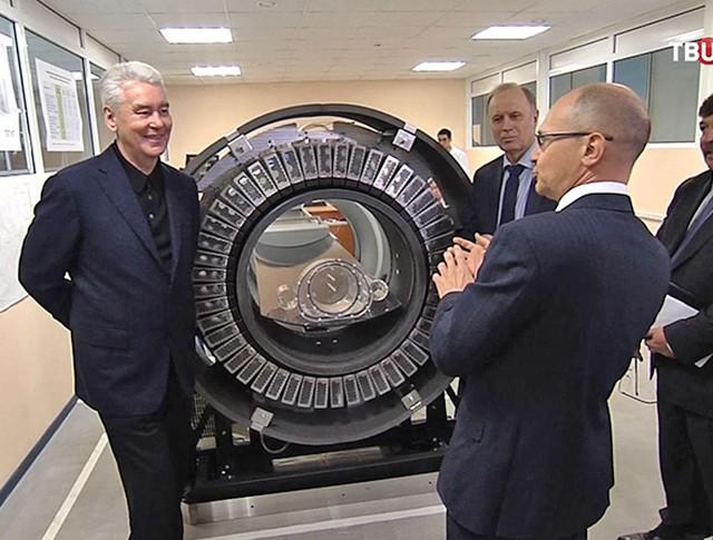 Сергей Собянин осматривает отечественный позитронно-эмиссионный томограф