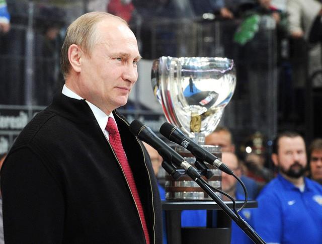 Президент России Владимир Путин на церемонии награждения победителей чемпионата мира по хоккею