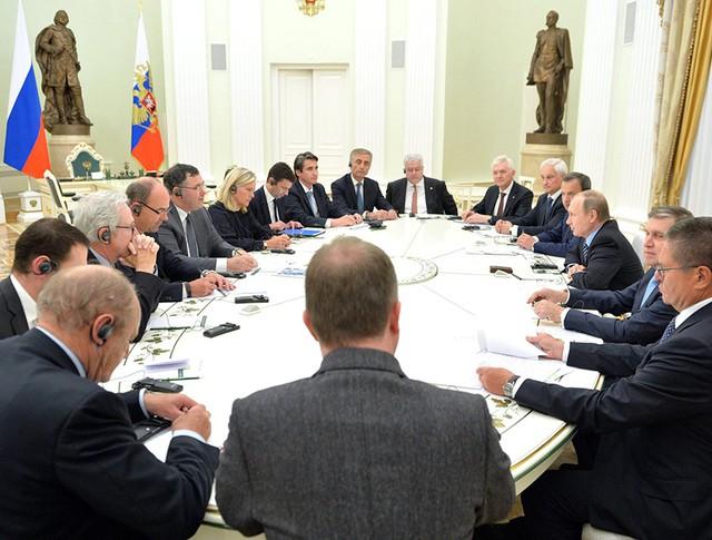 Президент России Владимир Путин на встрече с представителями деловых кругов Франции