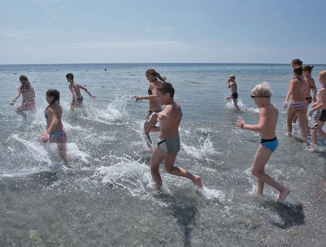 Дети на пляже детского лагеря
