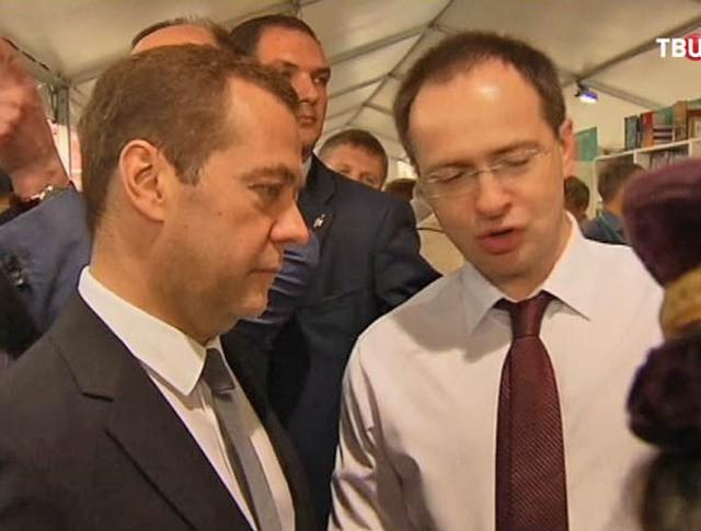 Медведев пожаловался на высокие цены на книги