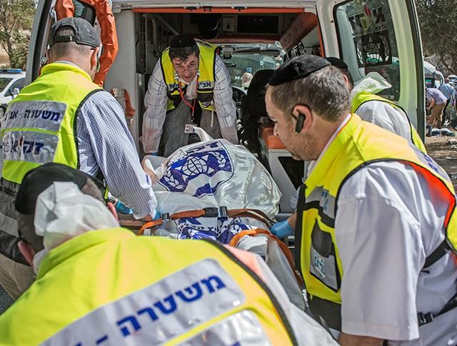 Израильские врачи эвакуируют пострадавшего