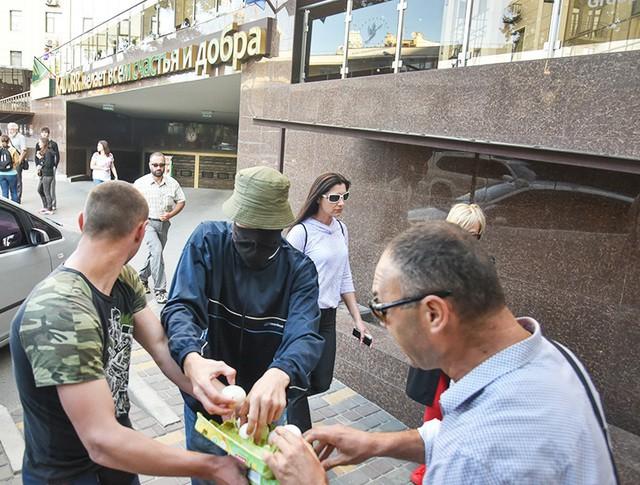 Украинские радикалы забросали яйцами Генконсульство Российской Федерации в Одессе