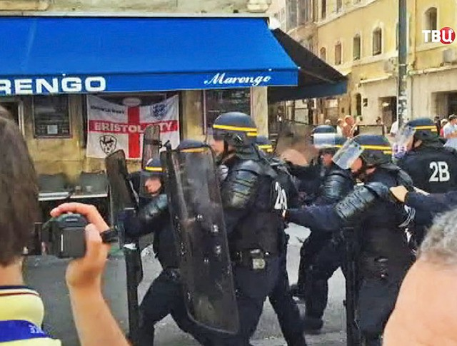 Полиция Франции препятствует столкновению фанатов