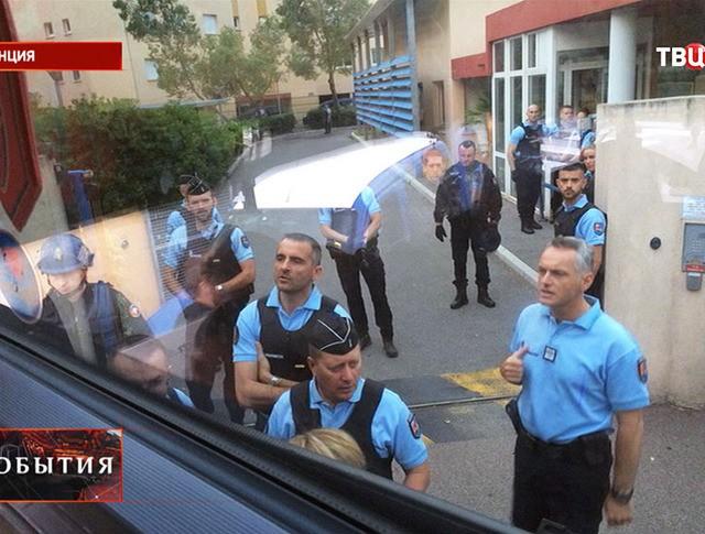 Сотрудники полиции Франции около автобуса с российскими болельщиками