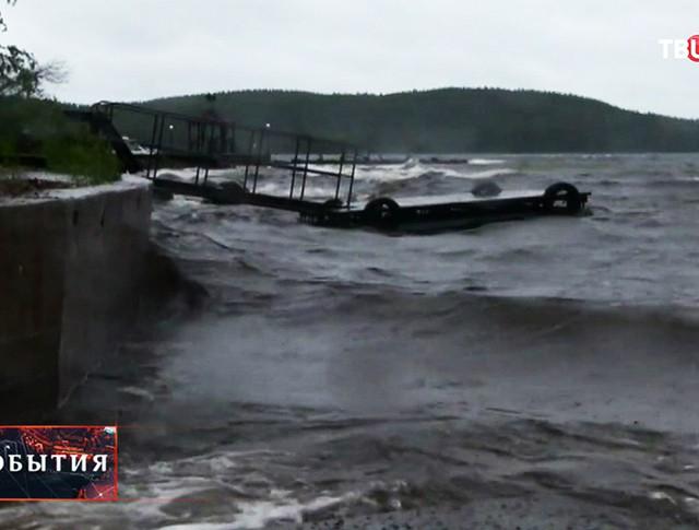 Шторм на озере в Карелии