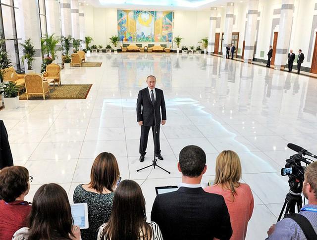 Президент России Владимир Путин общается с журналистами