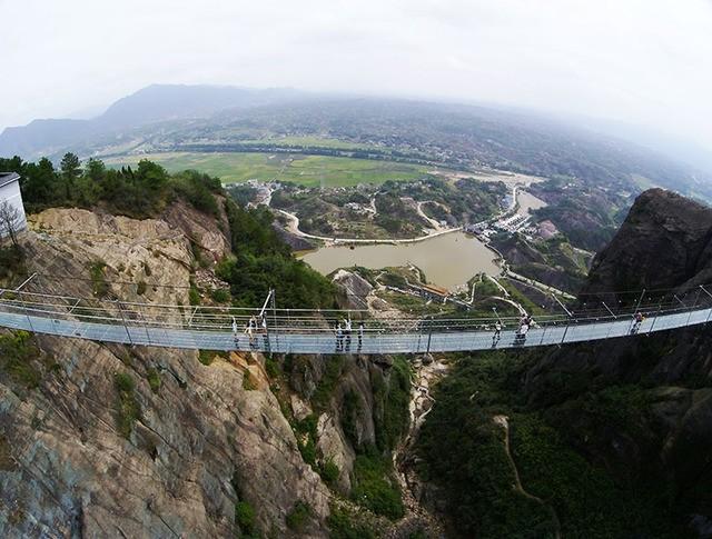 Стеклянный подвесной мост в Китае