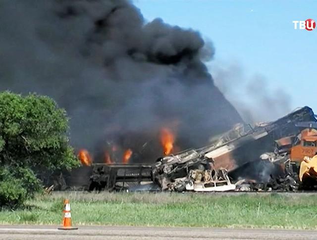 На месте столкновения двух товарных поездов в штате Техас, США