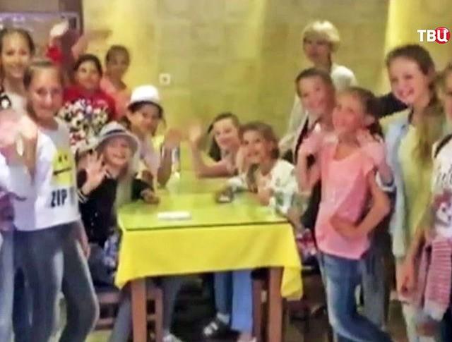 Детский ансамбль застрявший в аэропорту Стамбула