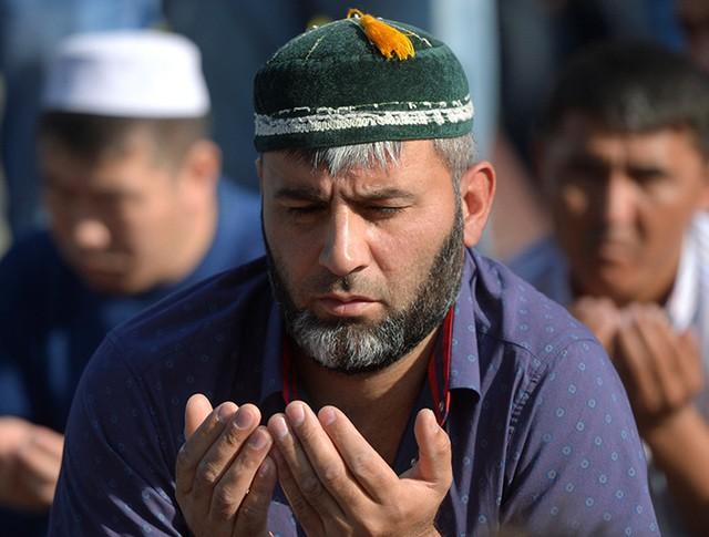 Мусульмане на одной из улиц у соборной мечети в Москве перед намазом в день праздника Ураза-байрам