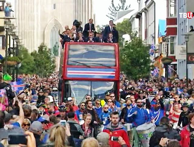 Болельщики сборной Исландии встречают футболистов сборной Исландии, прибывших с чемпионата Европы по футболу - 2016