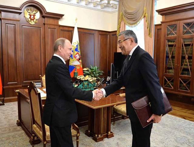 Президент России Владимир Путин и глава Республики Калмыкия Алексей Орлов