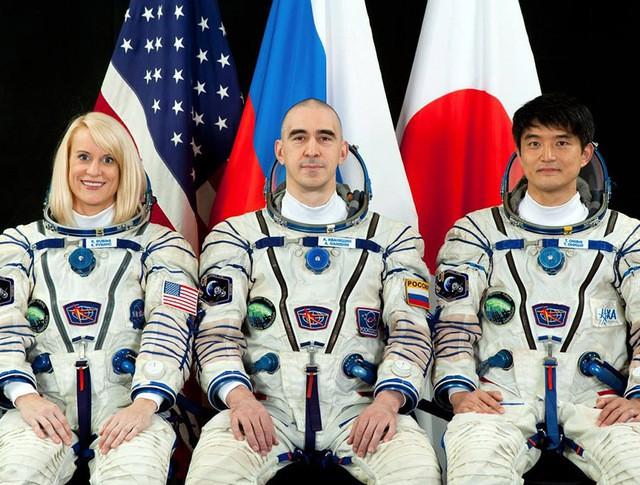 Экипаж экспедиции на МКС астронавт НАСА Кэтлин Рубинс, космонавт Роскосмоса Анатолий Иванишин и японский астронавт Ониши Такуя