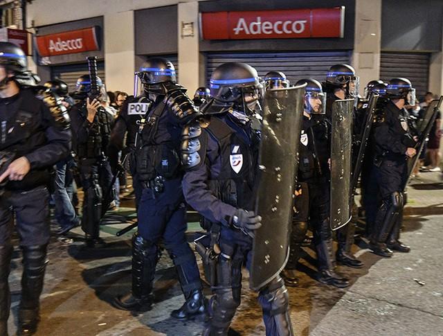 Сотрудники полиции Франции стоят в оцеплении