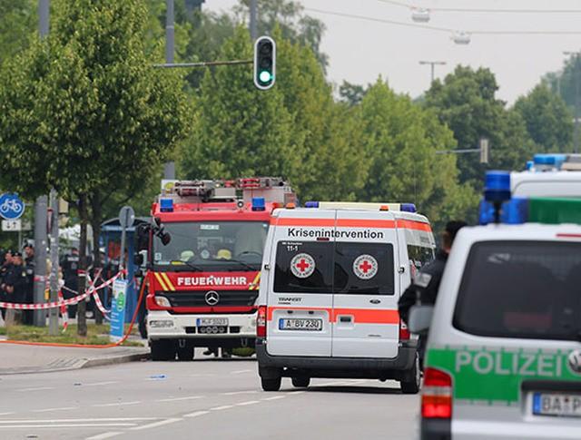 Полиция и скорая помощь на месте происшествия в Ансбахе, Германия