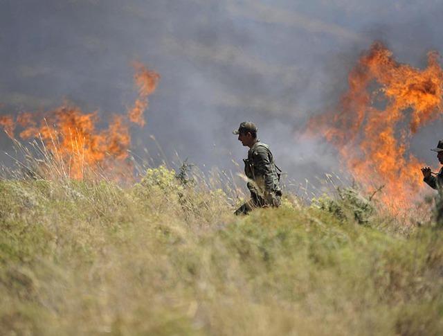 Военные во время ликвидации пожара в провинции Измир, Турция