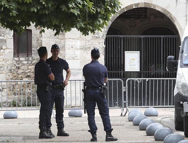 Сотрудники полиции Франции во время патрулирования улицы в Сент-Этьен-дю-Рувре