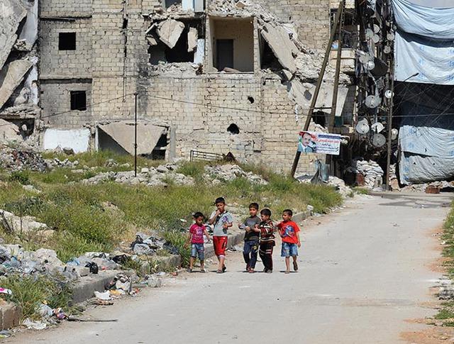 Дети в разрушенном районе Салах-ад-дин в Алеппо