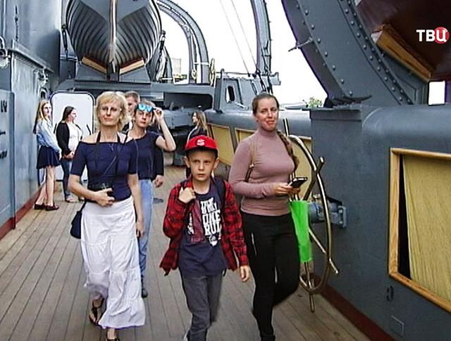"""Посетители крейсера """"Авроры"""""""