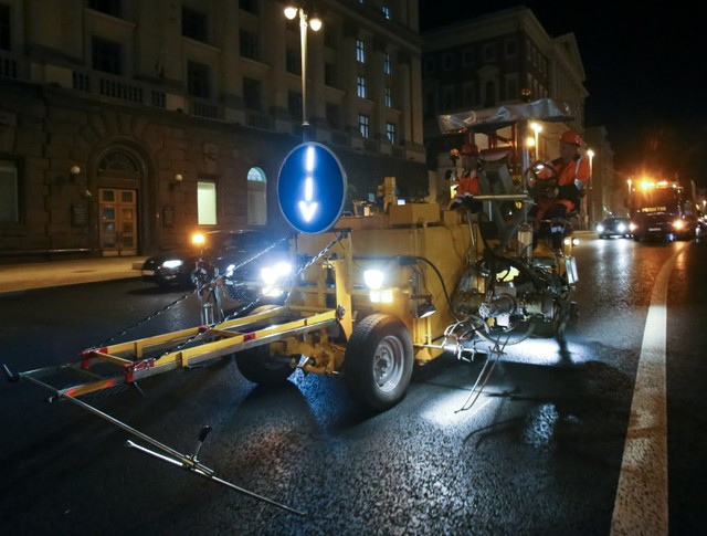 Работы по нанесению дорожной разметки на Тверской улице
