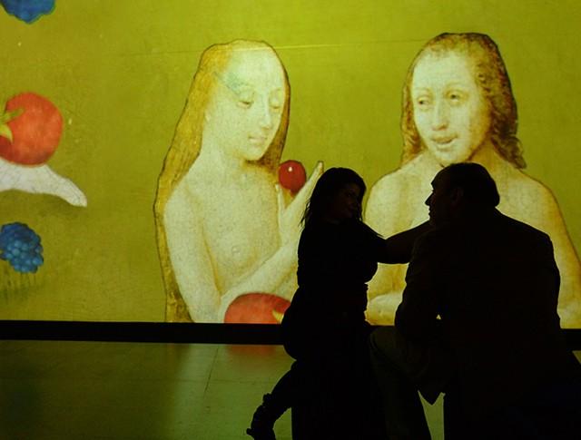 """Посетители на мультимедийной выставке """"Босх. Ожившие видения"""""""