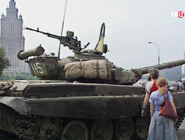 Москвичи преграждают дорогу военной технике во время путча ГКЧП