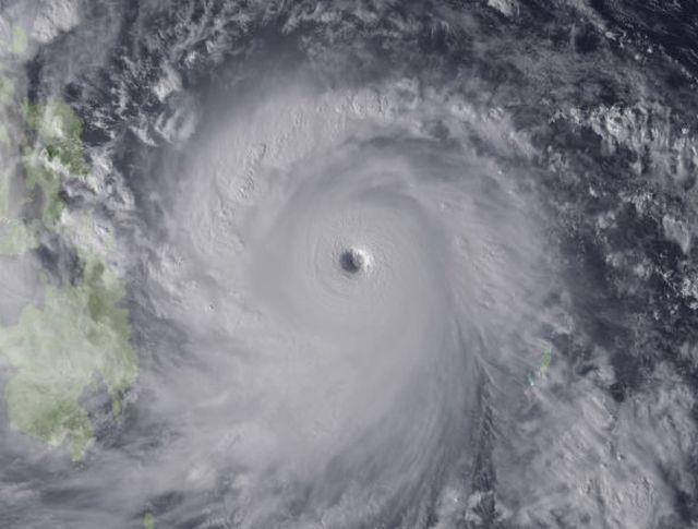Тайфун над Тихим океаном