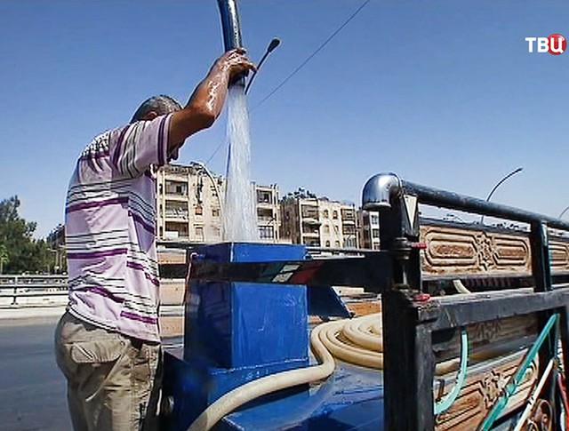 Раздача воды в Сирии