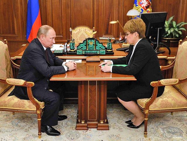 Президент России Владимир Путин и врио губернатора Забайкальского края Наталья Жданова