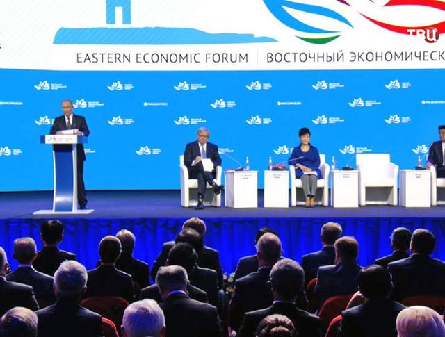 Президент России Владимир Путин выступает на Восточном экономическом форуме