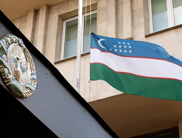 Приспущенный флаг на посольстве Узбекистана в Москве