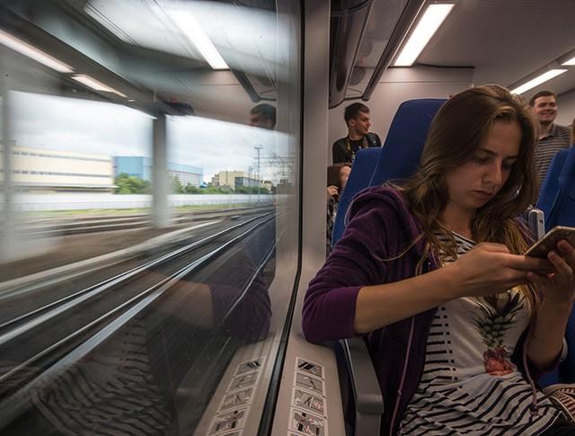 Пассажиры в салоне электропоезда