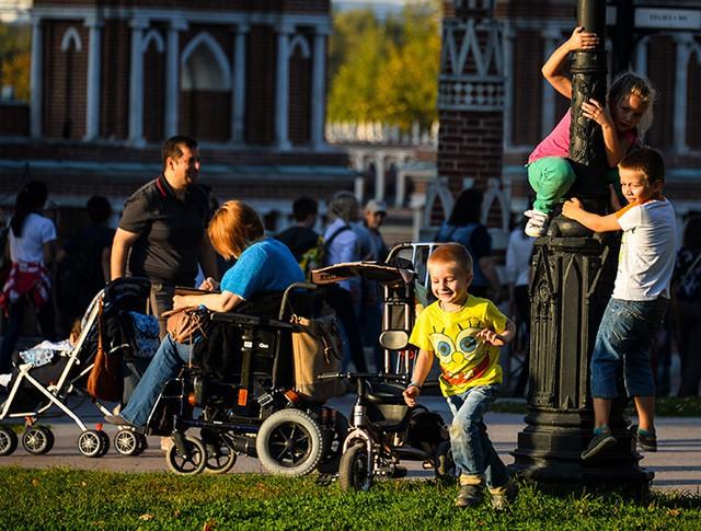"""Отдыхающие в парке """"Царицыно"""" в Москве"""