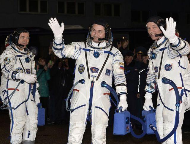 Астронавт НАСА Джеффри Уилльямс, космонавты Роскосмоса Алексей Овчинин и Олег Скрипочка (справа налево)