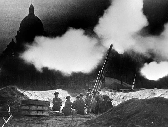 Блокадный Ленинград. Батарея зенитных орудий у Исаакиевского собора ведет огонь