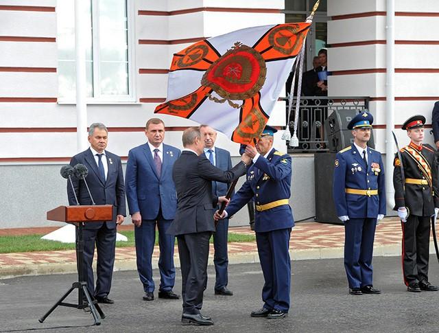 Президент России Владимир Путин во время торжественной церемонии открытия Тульского суворовского военного училища