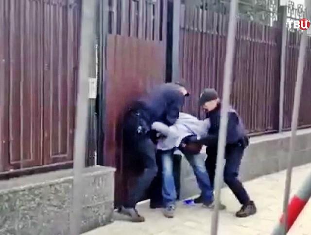 Полиция Украины задержывает радикалов у посольства России в Киеве