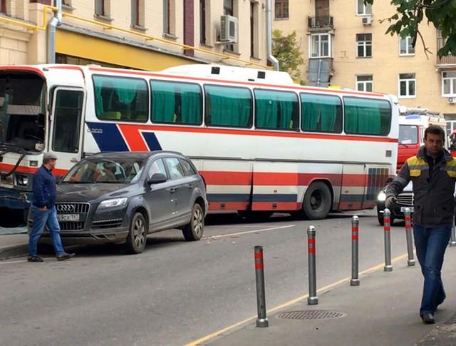 Последствия ДТП с участием автобуса в 1-м Вражском переулке