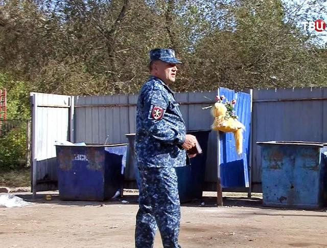 Полиция на месте месте обнаружения тела в мусорном контейнере