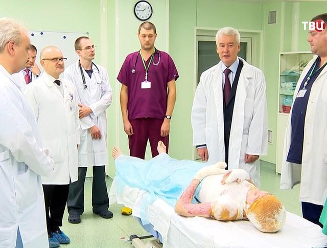 Мэр Москвы Сергей Собянин беседует с врачами