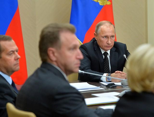 Президент России Владимир Путин проводит совещание с членами правительства